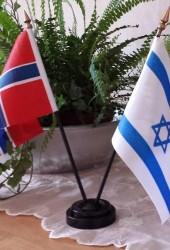 Israelsk og Norsk bordflagg med svarte plaststenger produsert i Israel. Tykk kvalitet. Høyde: 28 cm
